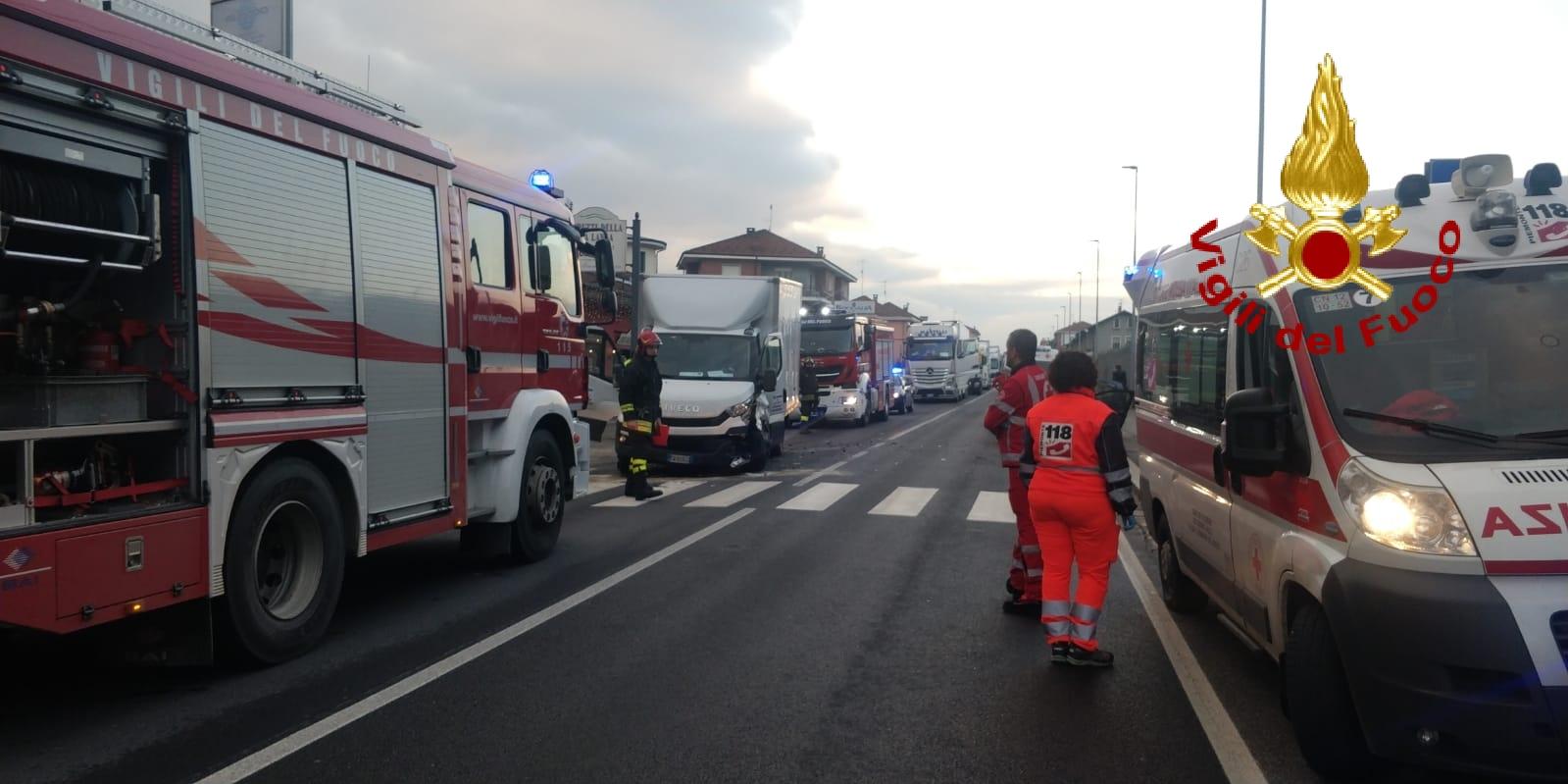 Santa Vittoria d'Alba: scontro tra auto e furgone, traffico e code sulla SS 231