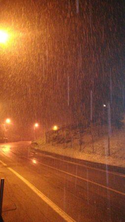 I primi fiocchi di neve della stagione imbiancano tutta la Granda
