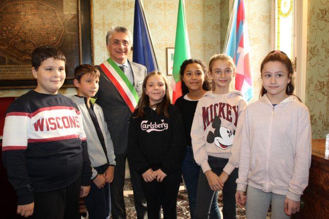 """Alba: gli alunni della scuola """"Coppino"""" in visita al Palazzo comunale"""