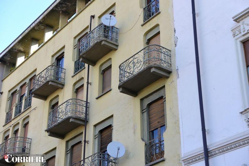 Troppe antenne sui balconi «Alba ormai è come Macao»