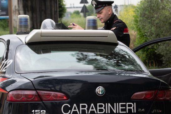 Cherasco: Imbratta la fontana del paese e tenta di colpire i Carabinieri con un coltello
