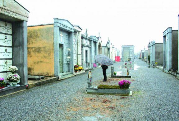 Quei vialetti del cimitero che si allagano con la pioggia