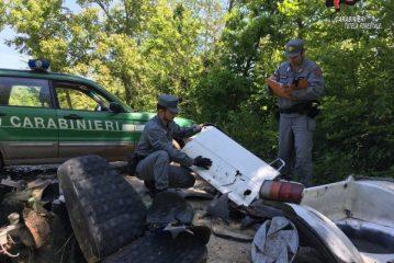 Abbandonano rifiuti aziendali in un bosco: due denunce a Carrù