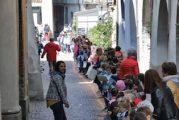 Bambini e ragazzi in un flashmob per dare importanza al silenzio