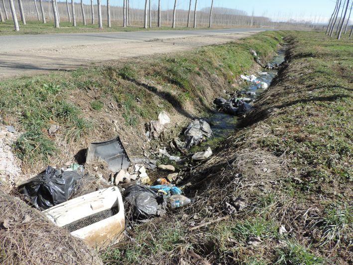 Bra con il sacco conforme ha dimezzato i rifiuti i discarica, ma ora lotta con gli abusivi