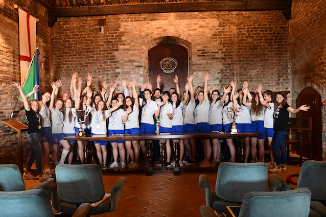 Le ragazze del Pgs El Gall hanno celebrato al castello i successi sportivi