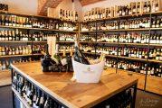 Sono oltre 400 le etichette esposte presso la nuova enoteca MondoVino in Via Cuneo a Bra