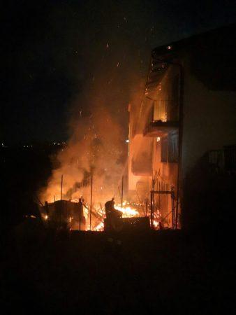 Incendio nella notte nel centro abitato di Montelupo Albese