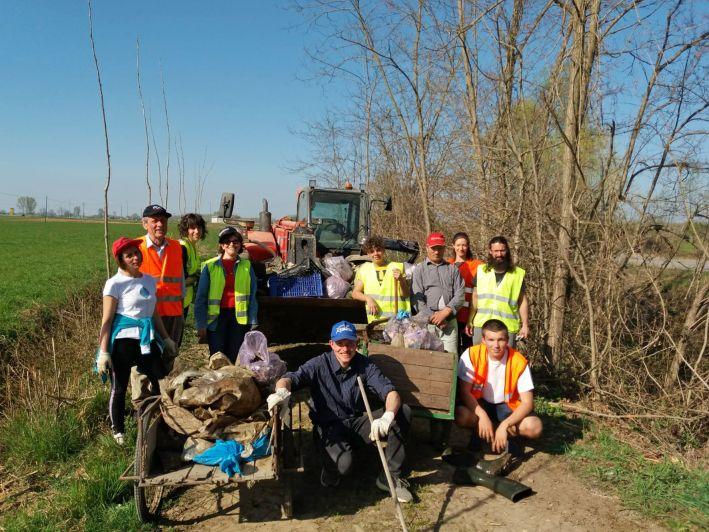 I frazionisti di Motta a pulire dai rifiuti: «Chi di dovere latita…»