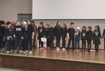 I bambini e il diritto nello spettacolo di Natale della scuola Montalcini di Bra