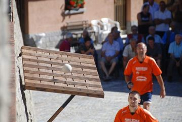 L'Associazione Sportiva Dilettantistica Pallone Elastico Pantalera di Alba al Tocatì 2019