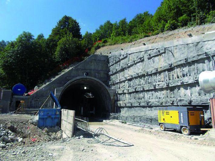 Siglato il contratto d'appalto: «Ripartono i lavori del nuovo tunnel di Tenda»