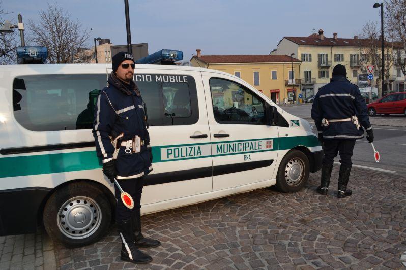 Bra: la Polizia municipale vigila davanti agli Uffici postali