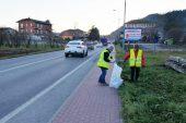 Volontari ambientali all'opera dove altri sporcano