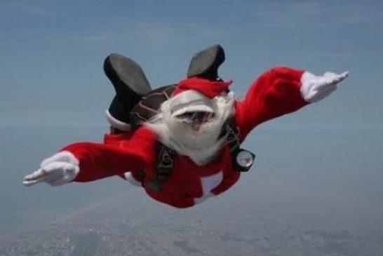 A Santo Stefano Belbo scende dal cielo un Babbo Natale paracadutista