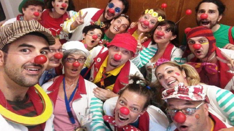 In piazza i clown con il naso rosso, per raccogliere sorrisi e fondi