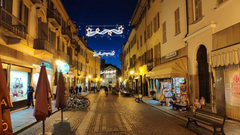 Lo shopping natalizio accende l'atmosfera dei negozi a Bra