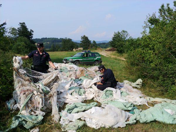 Allevatore abbandona rifiuti nel parco naturale: denunciato