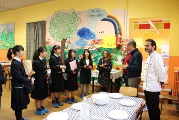 Bra, studenti dal Giappone in visita alla mensa comunale