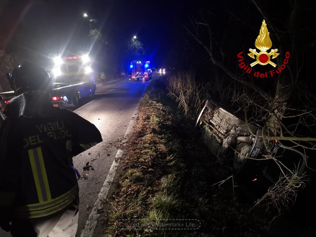 Auto cappotta ed esce di strada ad Altavilla, illesi gli occupanti del veicolo