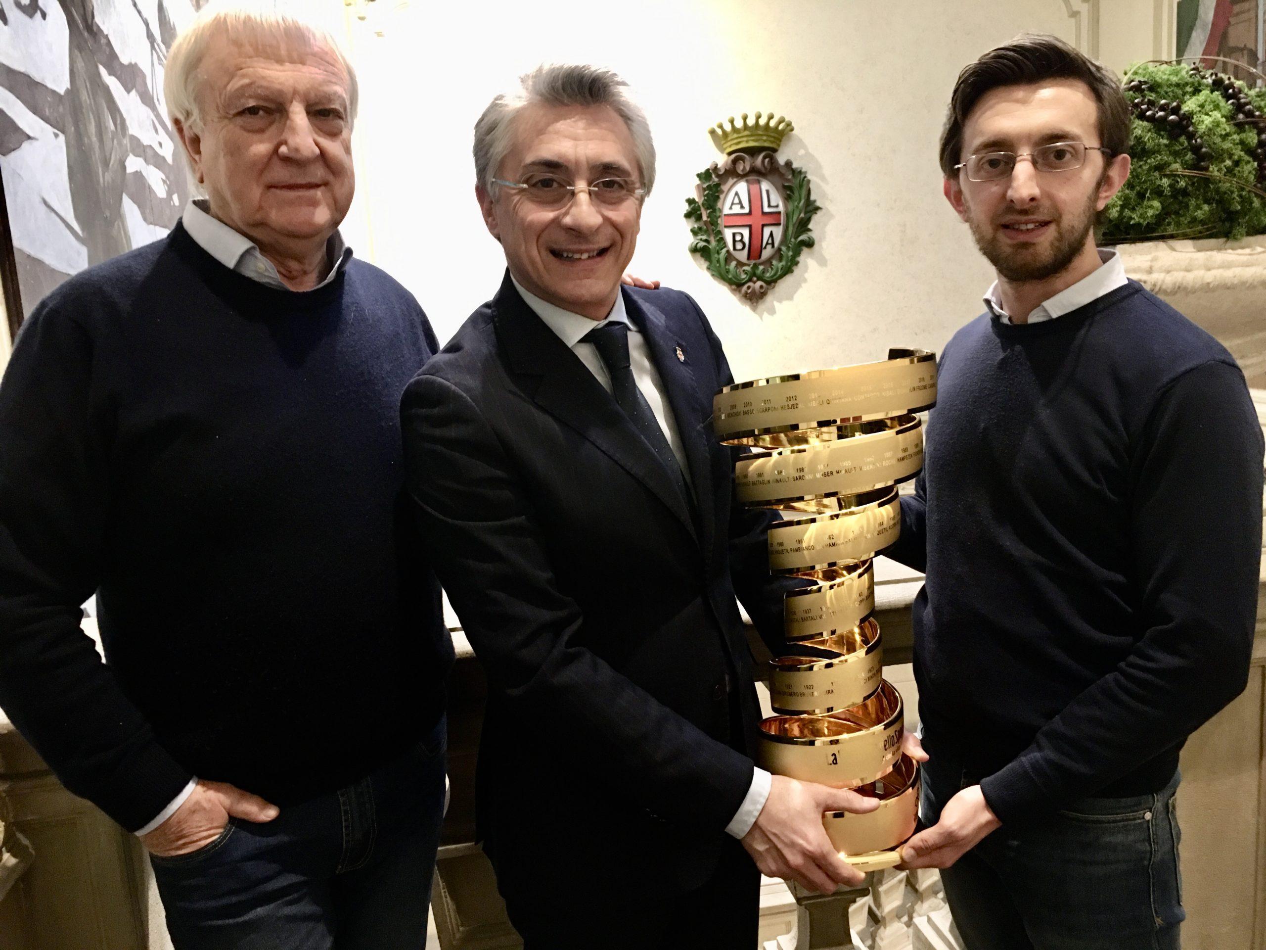 """Alba si tinge di rosa per il Giro d'Italia, presenta il Comitato di Tappa e il trofeo """"Senza Fine"""""""