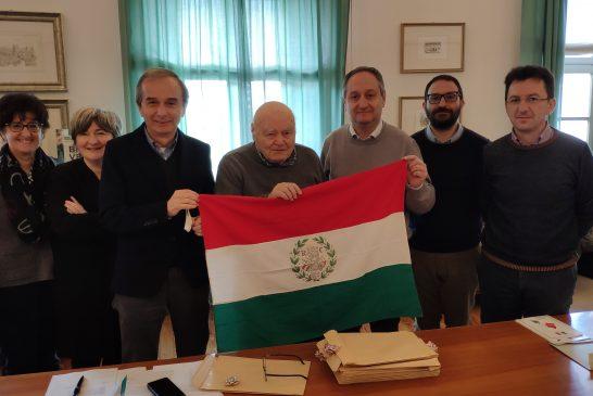 Un tricolore storico per il Comune di Bra, donato all'Amministrazione un vessillo che riproduce la bandiera della Repubblica Cispadana