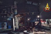 Capannone in fiamme a Monteu Roero, cessata l'allerta per l'incendio scoppiato in una falegnameria