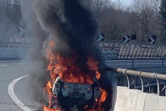 Auto in fiamme sulla Torino Savona intervengo i vigili del fuoco (Video)