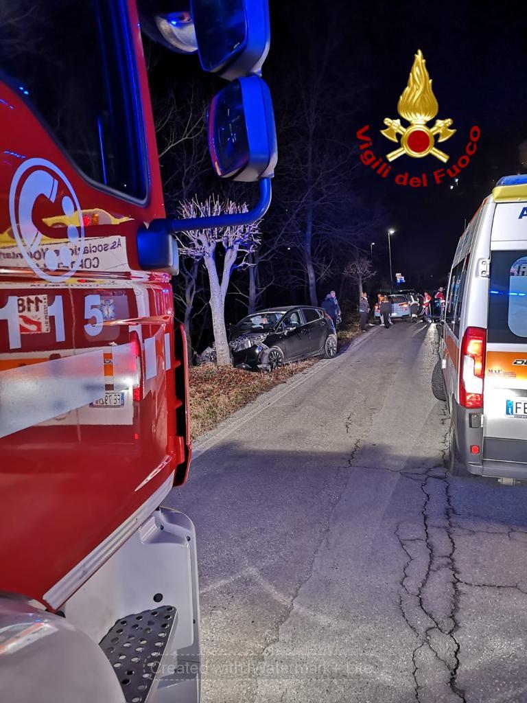 Benevello, nella notte auto contro un albero: 3 feriti