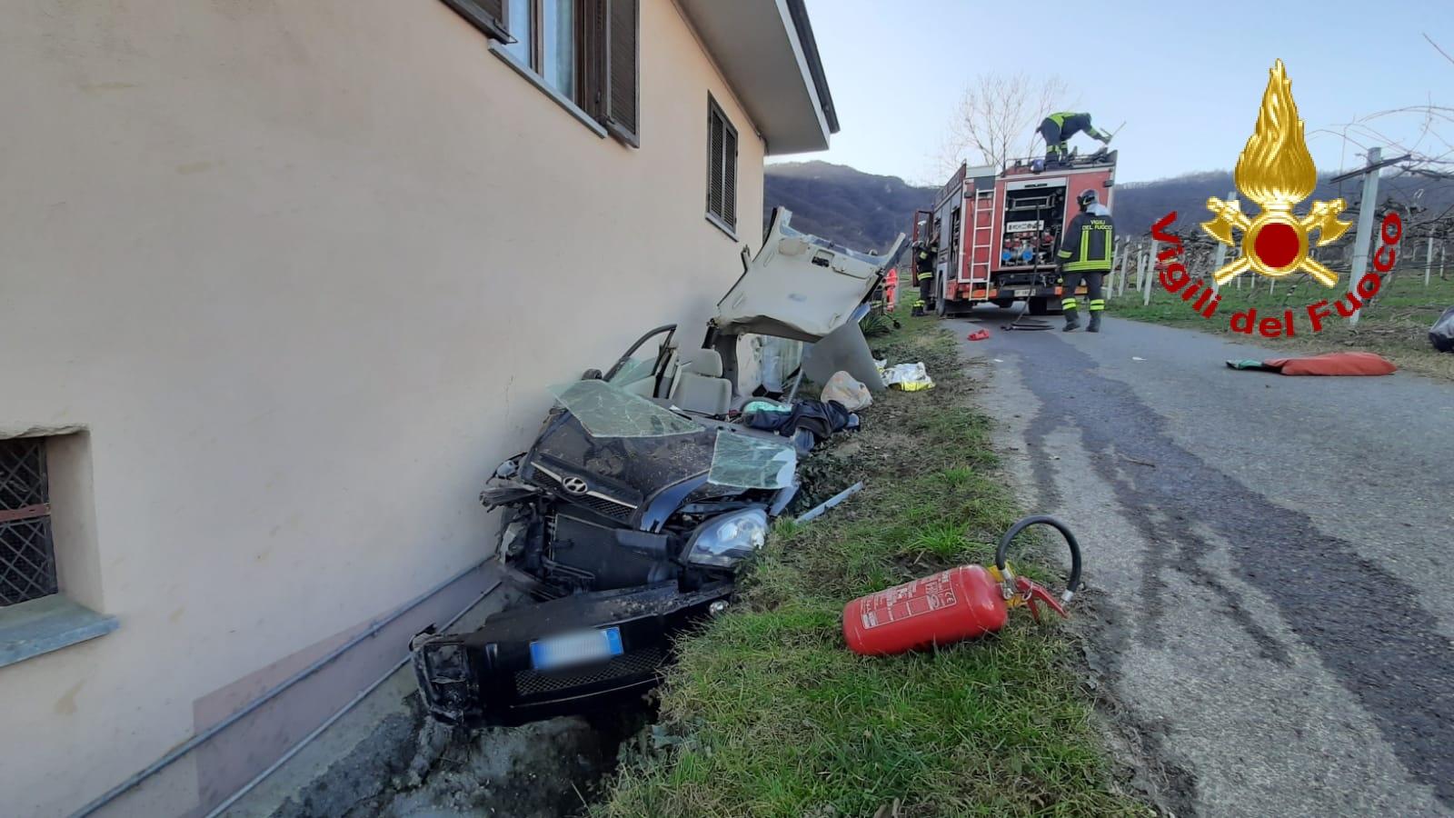 Incastrati nel fosso dopo l'incidente, auto aperta come una scatoletta per liberarli