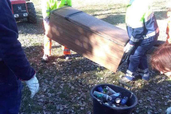 Rifiuti abbandonati: i volontari di Proteggere La Morra intervengono in paese
