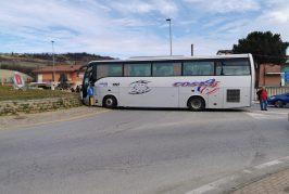 Incidente alla rotonda di Frazione Racca a Guarene, coinvolge un pullman