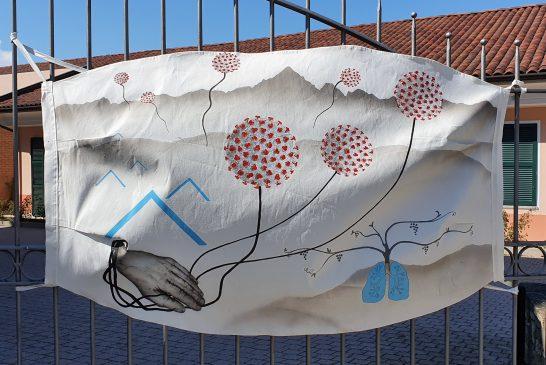 Il simbolo: una mascherina gigante sul cancello della casa di riposo di Castiglione Tinella