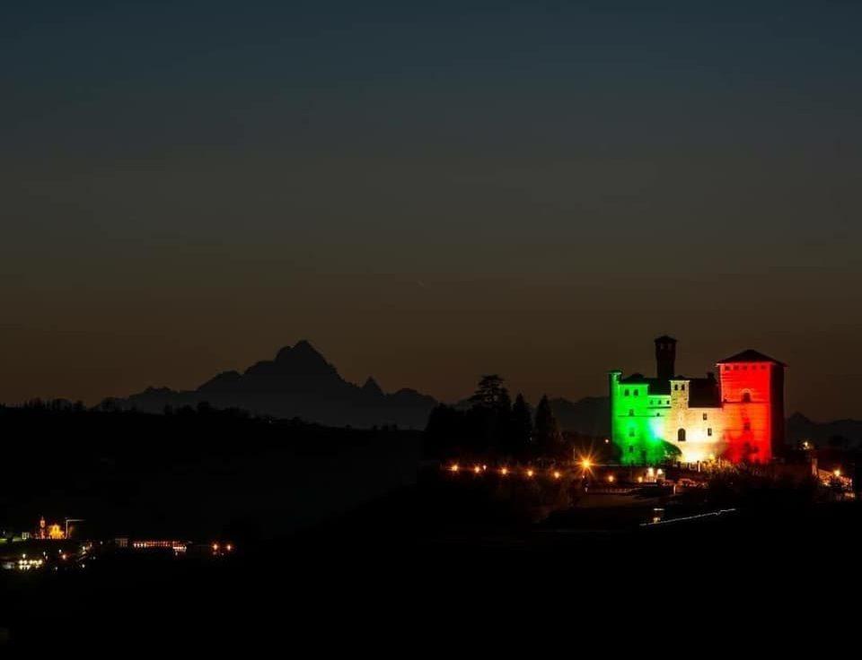 Un messaggio di fiducia e speranza: anche il Castello di Grinzane Cavour illuminato dal tricolore
