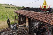 Mango incendio in annesso agricolo: danneggiata struttura e mezzi agricoli