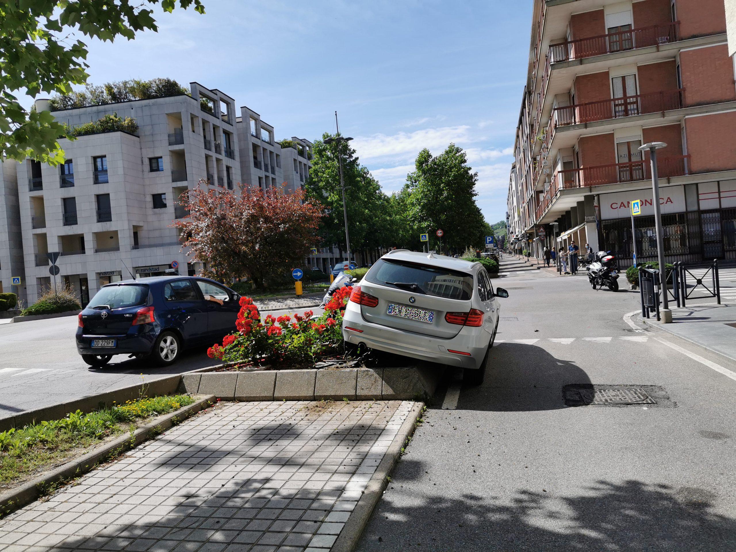 Alba: un'aiuola come parcheggio