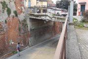 Camion contro il ponte nel centro abitato di Sommariva Perno