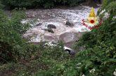 Auto scivola nella scarpata e finisce nel fiume, un ferito salvato dai vigili del fuoco