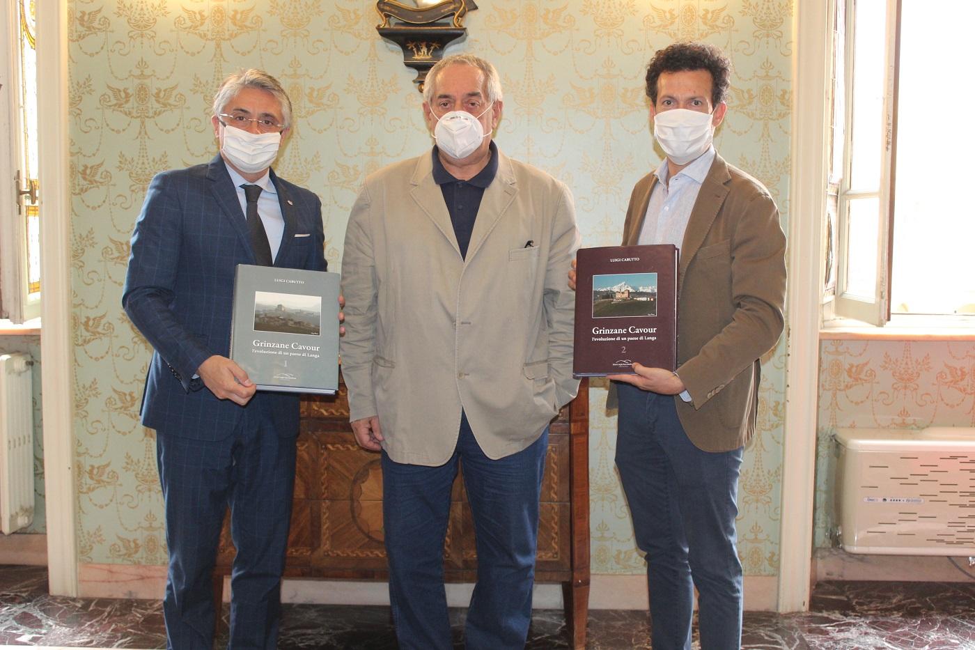 Alba: presentata al sindaco l'opera in due volumi del professor Luigi Cabutto dedicata a Grinzane Cavour
