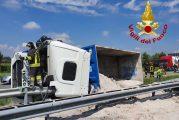 Camion si ribalta sull'autostrada Torino Savona perdendo il carico di sabbia